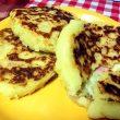 chiftele de cartofi cu sunca si cascaval cu sos de smantana si castraveti