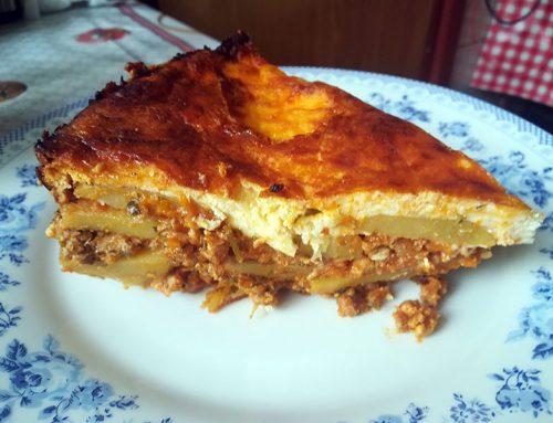 Musaca de cartofi cu carne tocata si sos de rosii (moussaka / musakka)